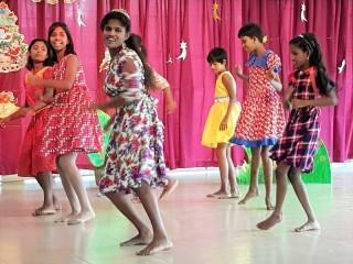 Tharushika und Bodika tanzen (beide ganz hinten)