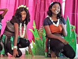 Kumari und Tharushika als Dschungel-Frauen