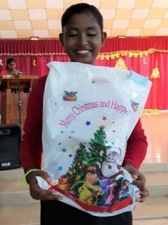 Tharushika bekommt ihr Geschenk