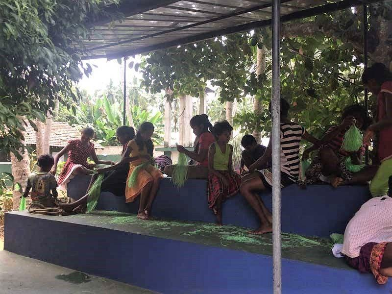 Die Mädchen beim Pomponbasteln.