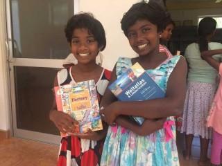 Achini und Dilmi mit ihren ausgesuchten Büchern
