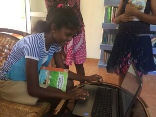 Maduwanthi beim Verwalten des Bücherverleihs