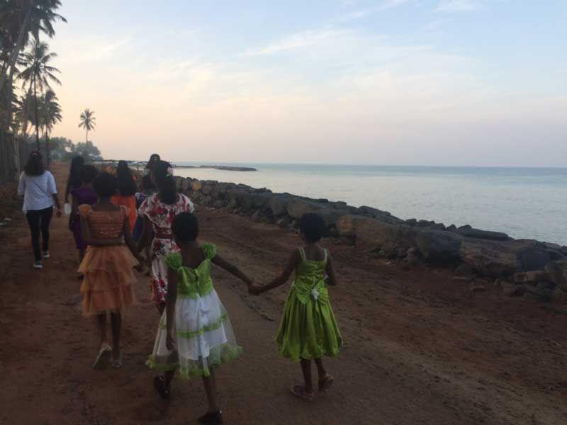 Schick gemacht am Strand entlang