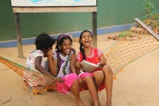 Die Mädchen lachen viel.