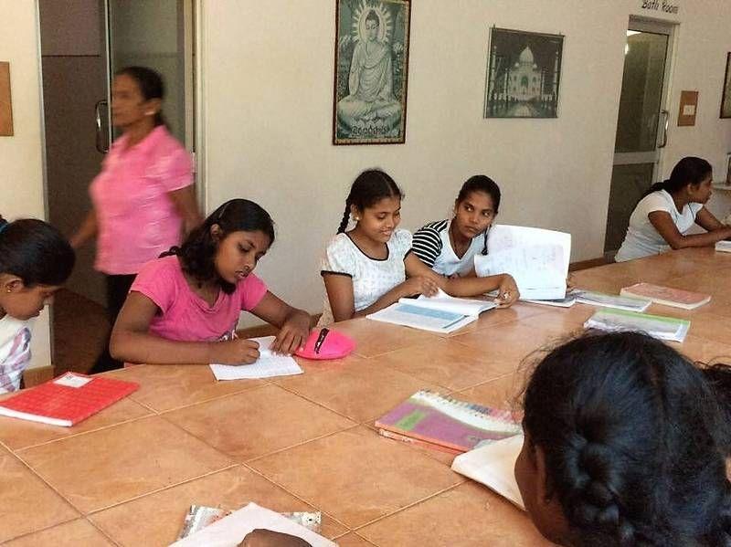 Die Mädchen sind fleißig am Lernen.