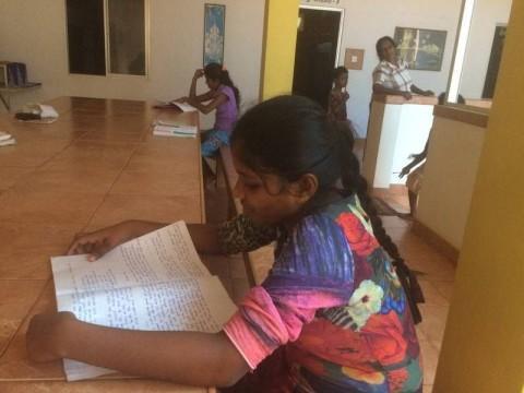 Shanika sieht man fast immer beim Arbeiten für die Schule.