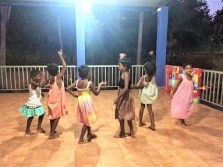 Die Mädchen beim Singen und Tanzen.
