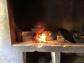 Auf der Feuerstelle wird die meiste Zeit gekocht.