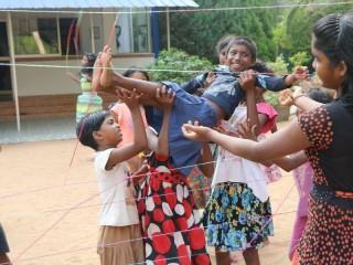Durch Teamwork schaffen es auch die Kleinen durch das Netz.