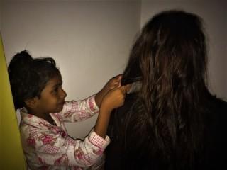 Auch Lenas Haare werden geflochten.