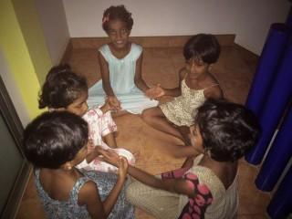 Die Mädchen spielen in der Dunkelheit Klatschspiele.