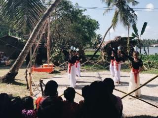 Die Mädchen zeigten einen traditionellen Tanz.