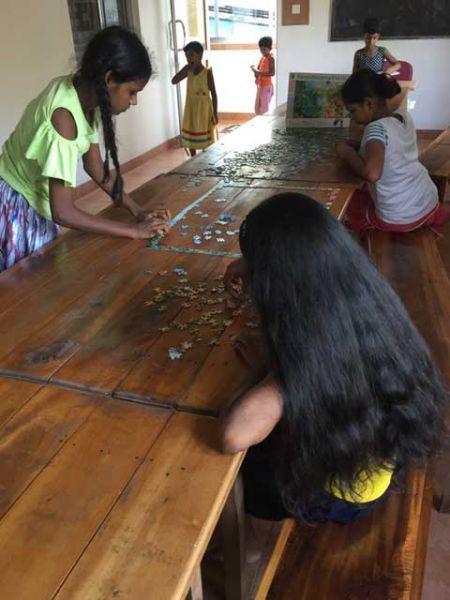 Die Mädchen hatten von Anfang an Spaß am Puzzeln