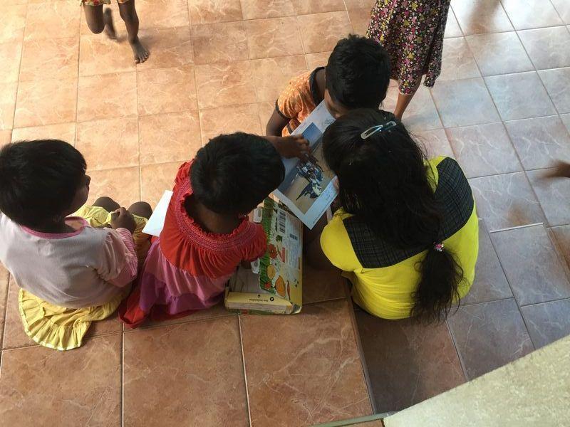 Dinithi präsentiert stolz das Bild ihrer Pateneltern mit Familie