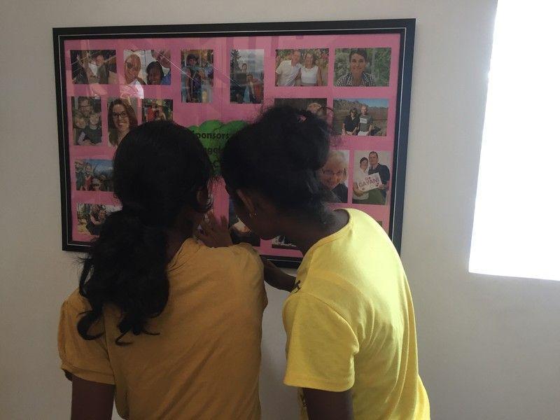 Ich beobachte die Mädchen oft dabei, wie sie sich gemeinsam die Bilder der Paten ansehen